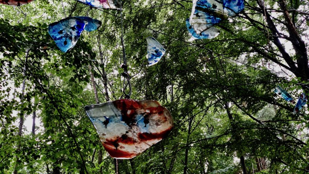 Glasobjekte in Schondorf im Regen
