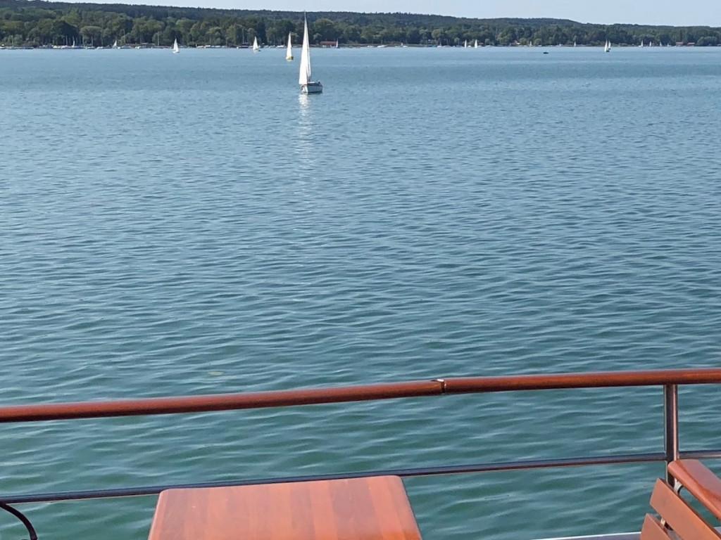 Blick vom Schiff auf den Ammersee