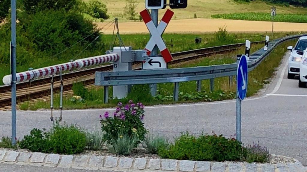 Verkehrsinsel in Schondorf am Bahnübergang