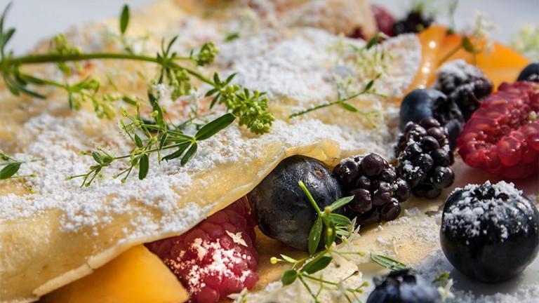 Crepes mit Obst und Wiesenlabkraut