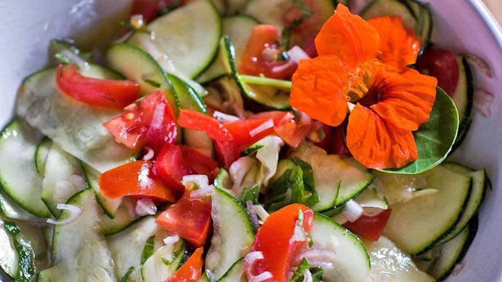 Kochlust-Blog: Zucchinisalat mit Kapuzinerkresse