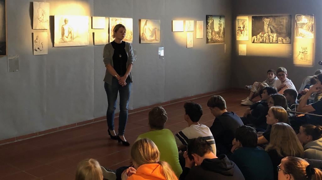 Dr. Silvia Dobler führt durch die Heinz Rose Ausstellung