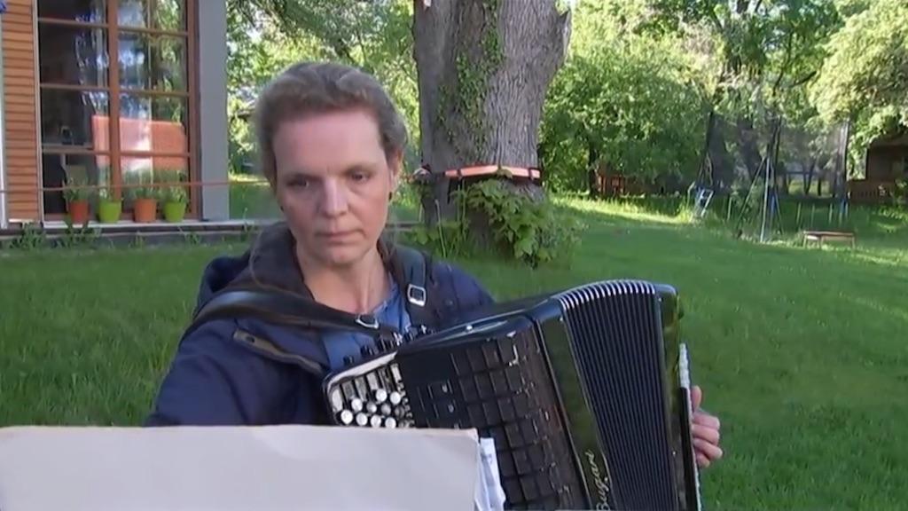 Annette Riessner musiziert in ihrem Garten