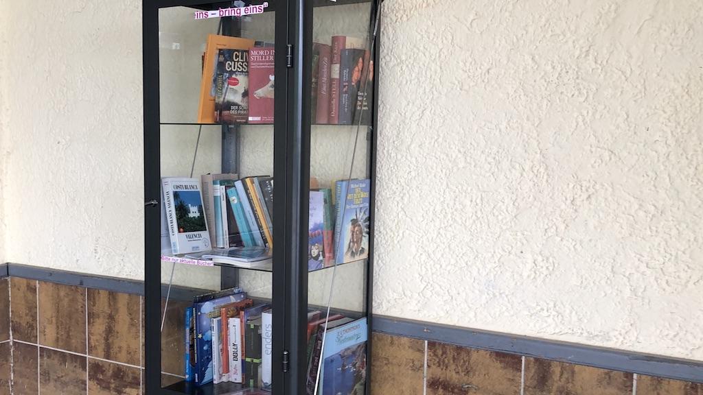 Büchervitrine in der Schondorfer Bahnhofshalle