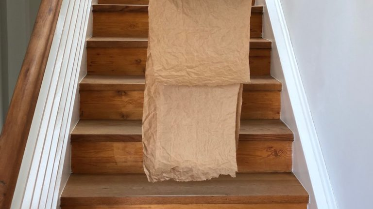 Papierfall im Treppenhaus
