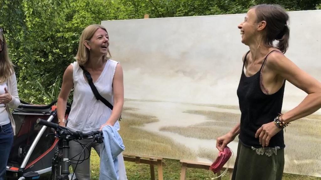 Silvia Dobler und Elke Jordan in Grafrath bei der Freiluftausstellung