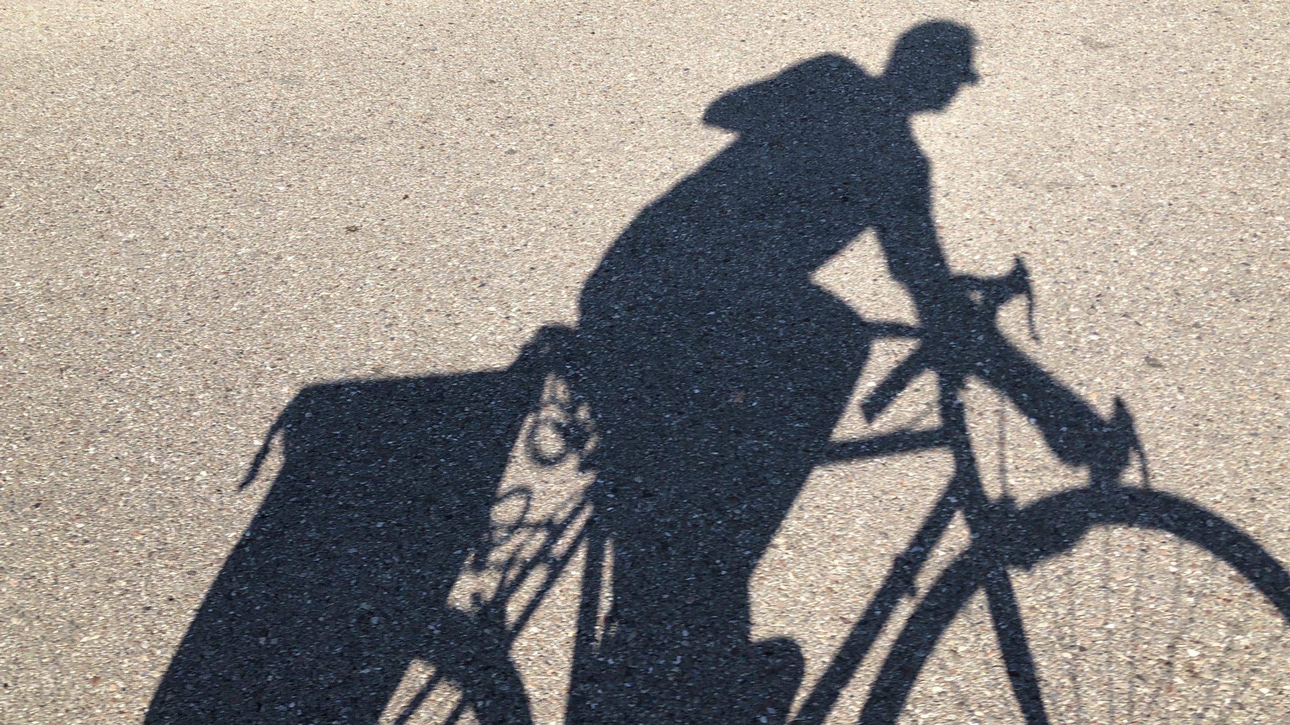 Schatten eines radfahrers