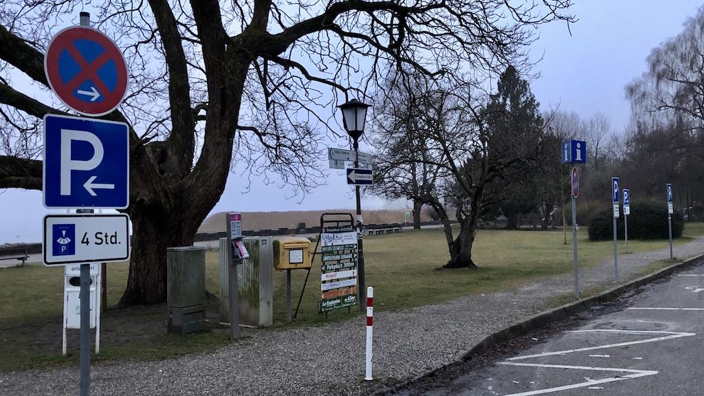 Parkverbotschilder in der Seeanlage Schondorf