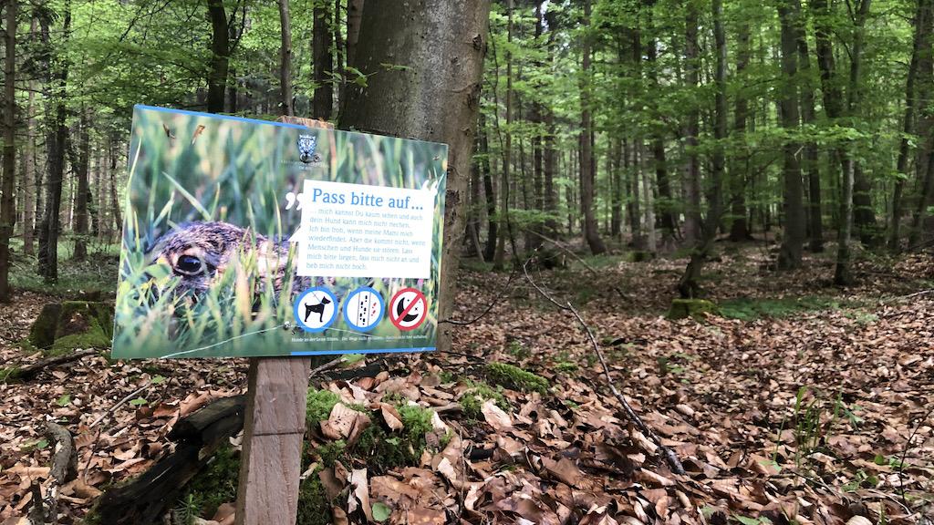 Hinweis für Spaziergänger im Wald
